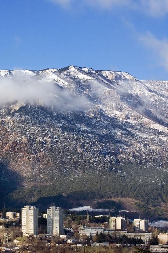 Ялта в окружении гор