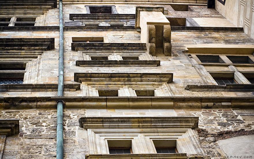 Суровые здания