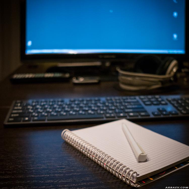 Рабочий стол, блокнот и ручка
